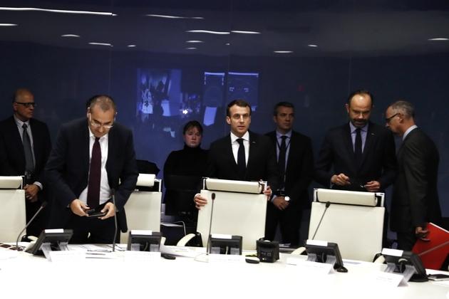 Le président Emmanuel Macron (c) en réunion de crise avec laurent Nuñez (centre, g) secrétaire d'Etat à l'Intérieur, le 11 décembre 2018