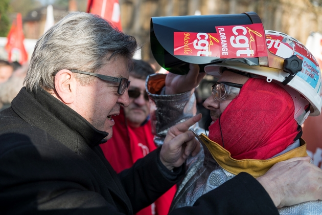Jean-Luc Mélenchon parle avec un ouvrier métallurgiste lors de la manifestation à Florange