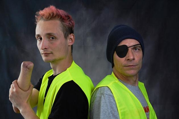"""Antoine Boudinet (G), and Patrice Philippe (D), tous les deux blessés le 8 décembre 2018 pendant une manifestation de """"gilets jaunes"""", le premier a perdu la main droite et le second son oeil droit, photo prise à Bordeaux, le 3 avril 2019"""