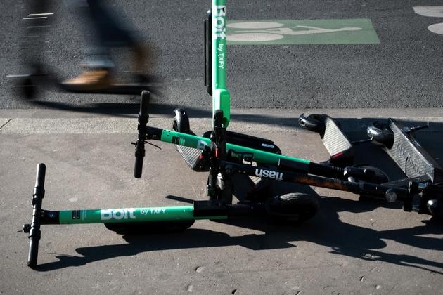 Des trottinettes électriques sur un trottoir à Paris le 14 mai 2019