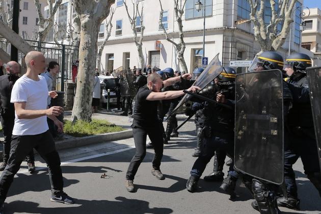 Heurts entre policiers et manifestants anti-FN, le 8 avril 2017 à Ajaccio