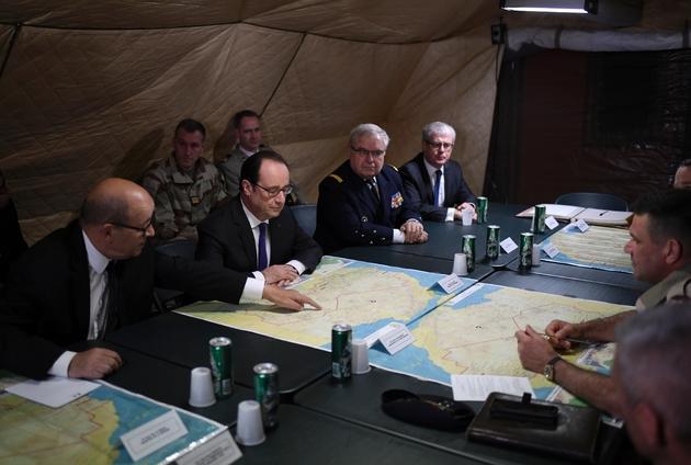 Jean-Yves Le Drian et François Hollande avec les soldats de la force Barkhane le  le 13 janvier 2017 à Gao