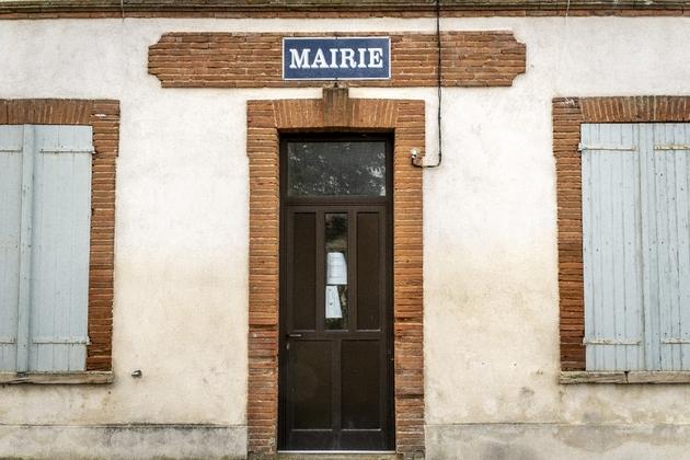Soixante-douze maires et élus locaux de droiteet du centre ont exprimé dans une tribune leur soutien à Emmanuel Macron