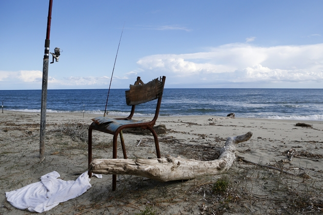 Une canne à pêche plantée sur la plage réservés aux détenus de la prison ouverte de Casabianda près d'Aléria en Corse,  le 9 février 2018