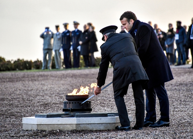 Emmanuel Macron ravive la flamme du soldat inconnu au cimetière militaire de Notre Dame de Lorette, à Ablain-Saint-Nazaire (Pas-de-Calais) le 8 novembre 2018