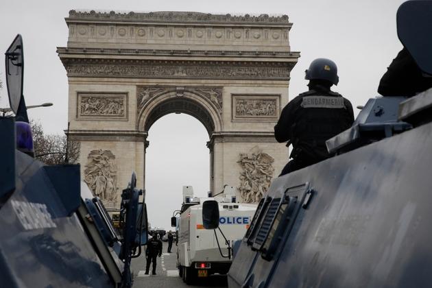 """Les forces de l'ordre stationnées sur les Champs-Elysées à Paris lors d'une manifestation de """"gilets jaunes"""", le 12 janvier 2019"""