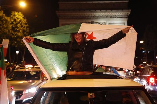 Des supporters de l'équipe de foot d'Algérie sur les Champs Elysées, le 14 juillet 2019 à Paris