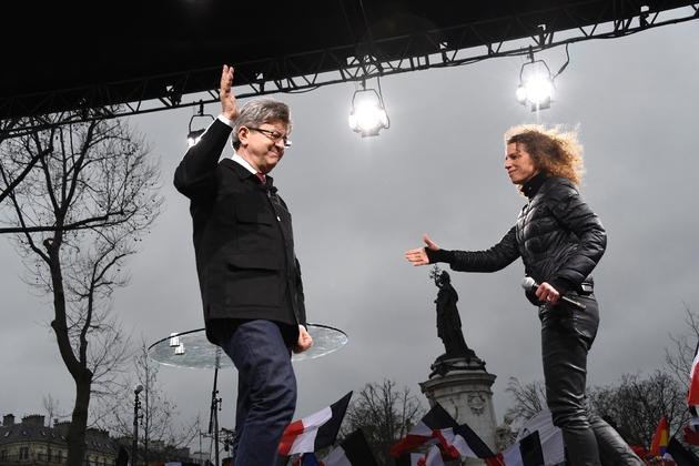 """Jean-Luc Mélenchon (g) et sa coordinatrice de programme Charlotte Girard, lors d'une """"Marche pour la République"""" à Paris, le 18 mars 2017"""