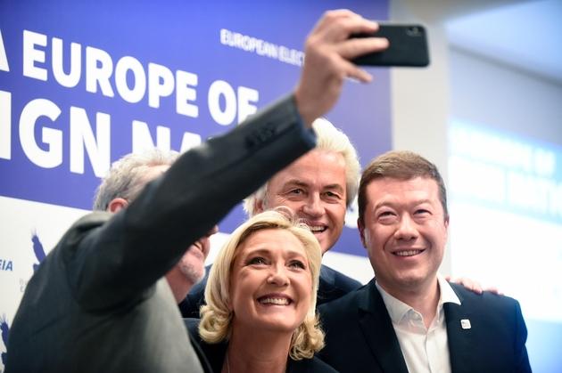 (g-d) Gerolf Annemans, du parti nationaliste d'extrême droite belge, Marine Le Pen, présidente du parti d'extrême droite français Rassemblement national, le député d'extrême droite néerlandais Geert Wilders et le chef de file de l'extrême droite tchèque