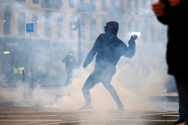 """Un manifestant lance un projectile lors d'un rassemblement des """"gilets jaunes"""", le 9 février 2019 à Lyon"""