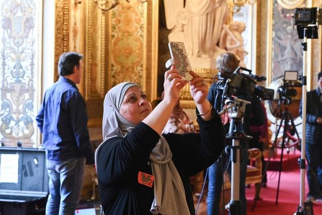 Selfie d'une femme voilée en visite au Sénat, lors du débat sur le port du voile pour les mères accompagnatrices de sorties scolaires