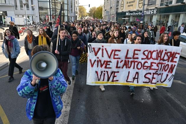 Des étudiants manifestent à Lyon, quatre jours après l'immolation d'un étudiant, le 12 novembre 2019