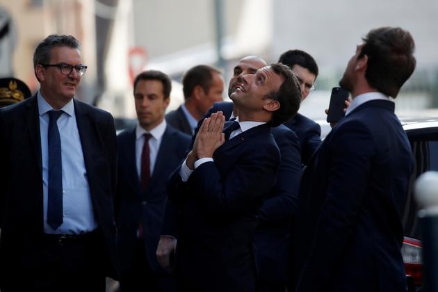 Emmanuel Macron salue les habitants après une visite dans un centre médical à Pantin en Seins-Saint-Denis, le 7 avril 2020