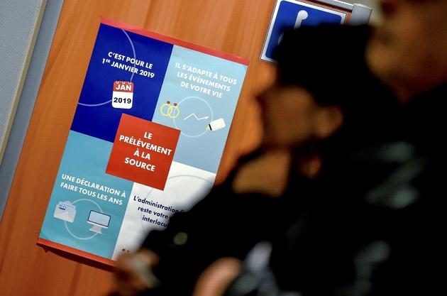 Des personnes attendent d'être reçues dans un centre des d'impôts à Amiens, le 2 janvier 2019