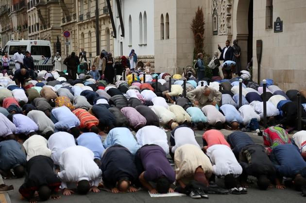 Des musulmans prient dans la rue près de la Grande Mosquée de Paris le 21 août 2018