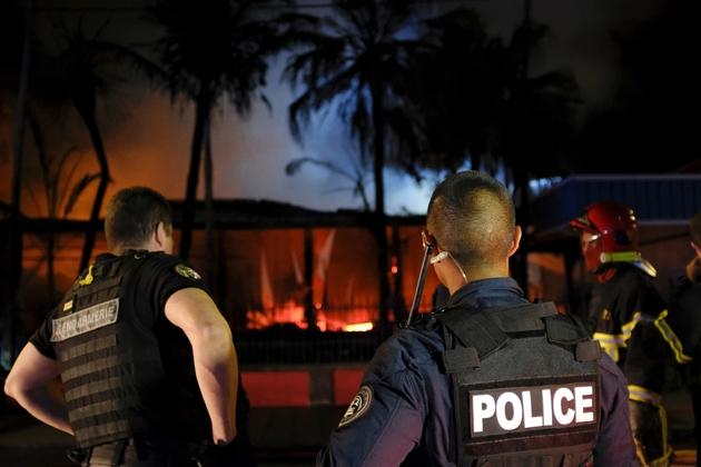Des policiers et des pompiers sur les lieux d'un incendie après le résultat du référendum d'autodétermination, le 5 novembre 2018 à Nouméa, en Nouvelle-Calédonie