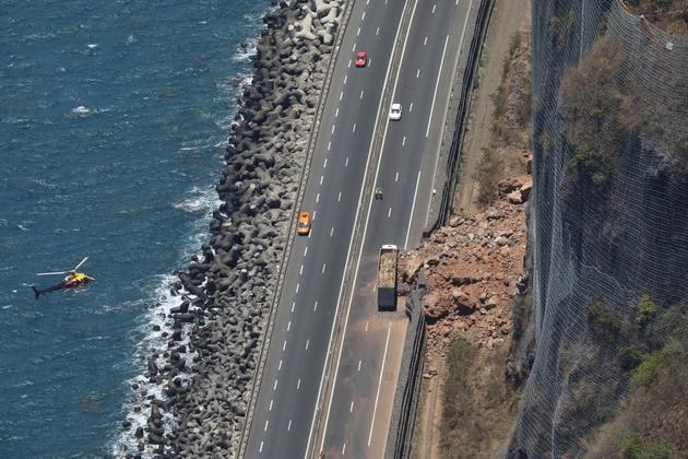 """La """"Route du littoral"""", construite à La Réunion avec des fonds européens, ici lors d'un éboulement en 2016"""