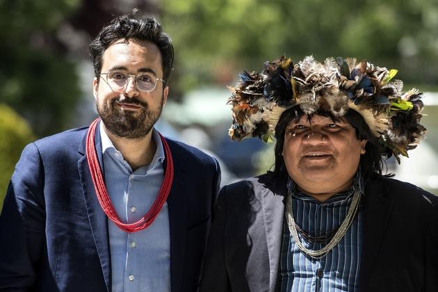 L'ancien secrétaire d'Etat français Mounir Mahjoubi (G) accompagne le chef indien brésilien Almir Narayamoga Surui le 14 mai 2019 à Paris