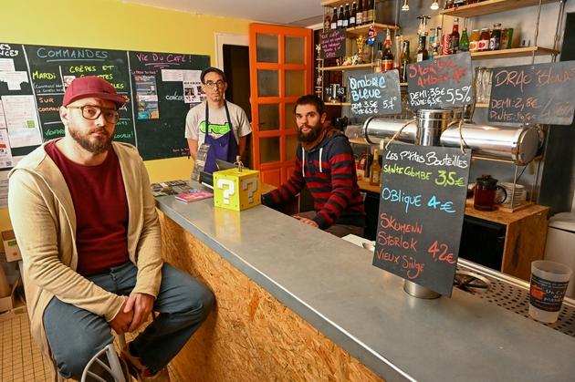 """Trois bénévoles du """"café des possibles"""" Damien, Numa et Yves (à partir de la gauche)  posent dans ce lieu associatif où se rencontrent les habitants de Guipel (ouest), le 21 janvier 2020"""