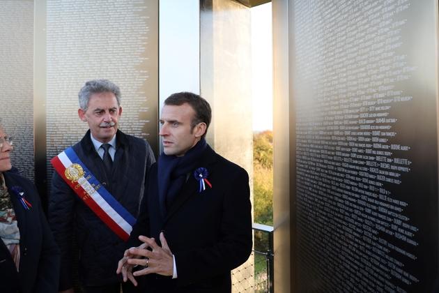 Emmanuel Macron inaugure avec le maire d' Ablain-Saint-Nazaire (Pas-de-Calais) Dominique Robillart Dominique l'anneau de la mémoire à Notre Dame de Lorette