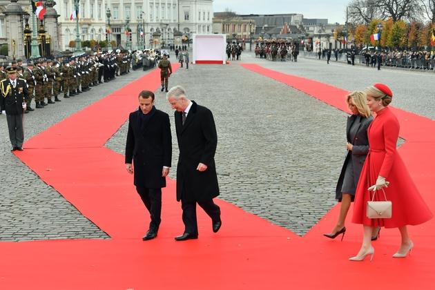 Le président Emmanuel Macron accueilli à Bruxelles par le roi Philippe de Belgique et la reine Mathilde le 19 novembre 2018