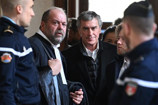 L'ancien ministre du Budget Jérôme Cahuzac (D), au côté de son avocat Eric Dupond-Moretti, au tribunal à Paris, le 12 février 2018