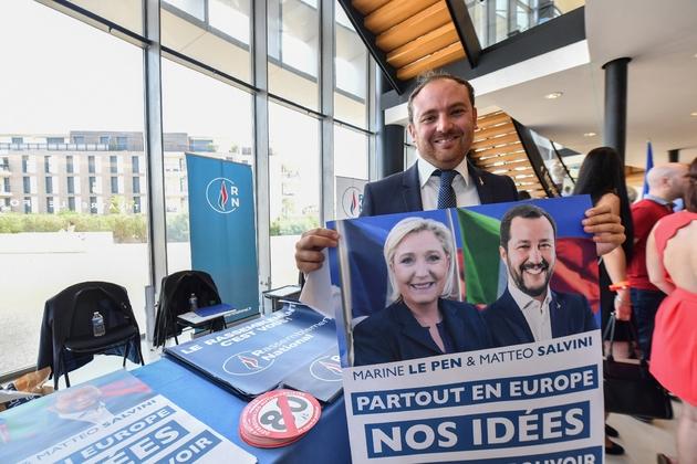 L'homme politique italien Flavio di Muro pose avec une affiche montrant Marine Le Pen et le ministre de l'Intérieur italien Matteo Salvini, le 16 septembre 2018 à Fréjus