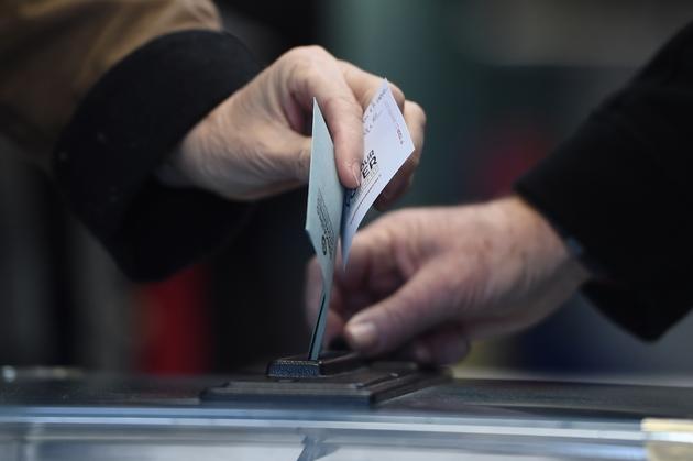 Un électeur vote au premier tour de la primaire élargie du PS à Nantes le 22 janvier 2017