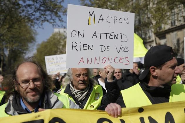 """Manifestants dans le cortège parisien des """"gilets jaunes"""", le 13 avril 2019"""