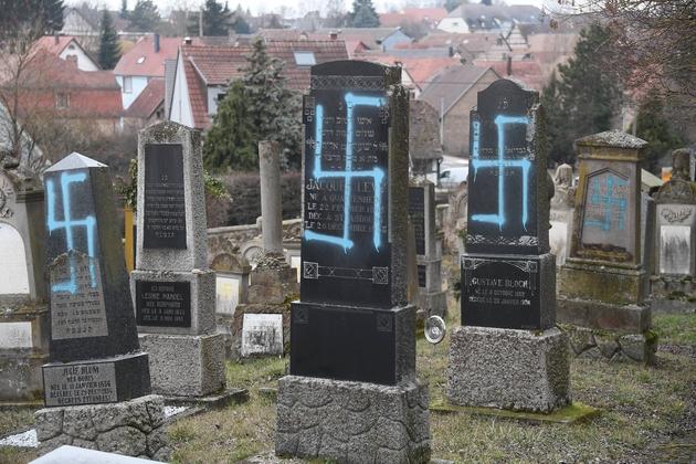 Les tombes profanées d'un cimetière juif, le 20 février 2019 à Quatzenheim, dans le Bas-Rhin