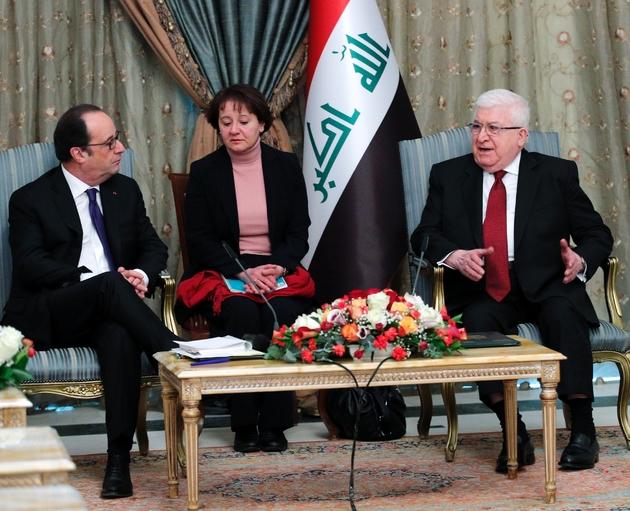 Le président François Hollande reçu par son homologue irakien Fouad Massoum au palais présidentiel le 2 janvier 2017 à Bagdad