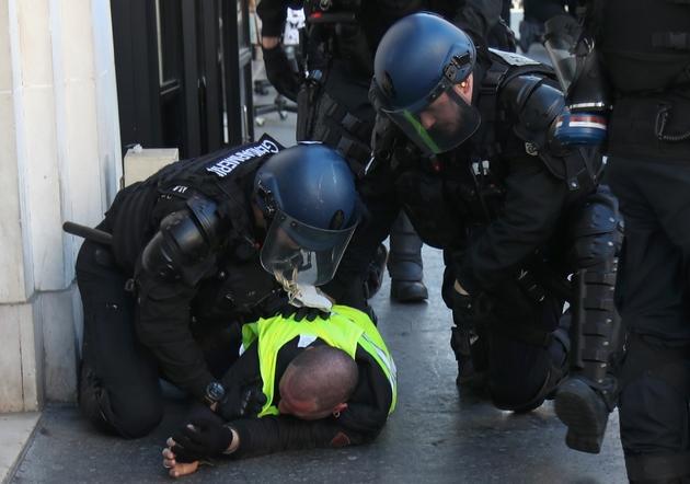 Un Gilet jaune interpellé par les gendarmes à Paris le 23 février 2019