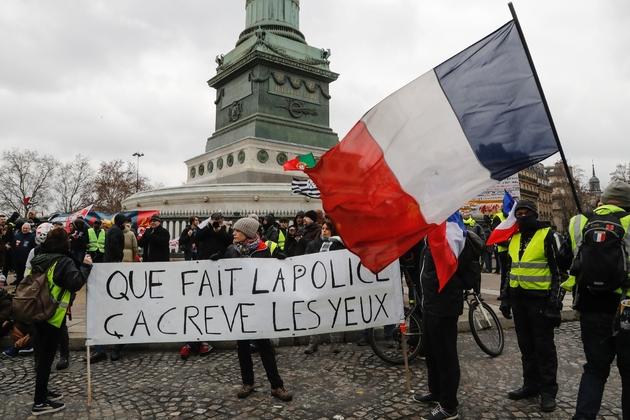"""Des manifestants """"gilets jaunes"""" rassemblés contre les violences policières, le 2 février 2019 à Paris"""