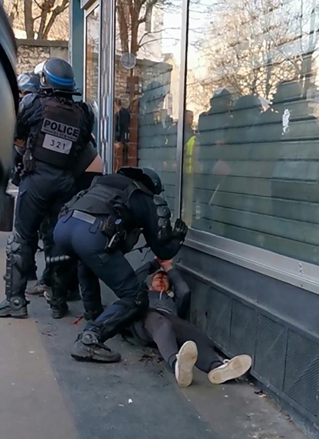 """Capture d'écran à partir d'une vidéo d'un manifestant, montrant un policier frappant un homme le 18 janvier 2020 à Paris en marge de la manifestation des """"gilets jaunes"""""""