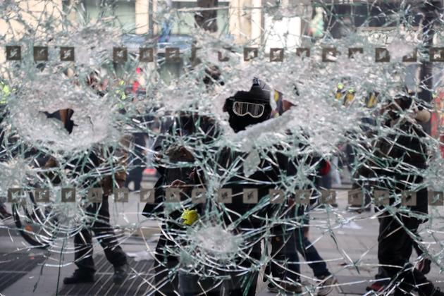 Une vitrine brisée sur les Champs-Elysées, le 16 mars 2019