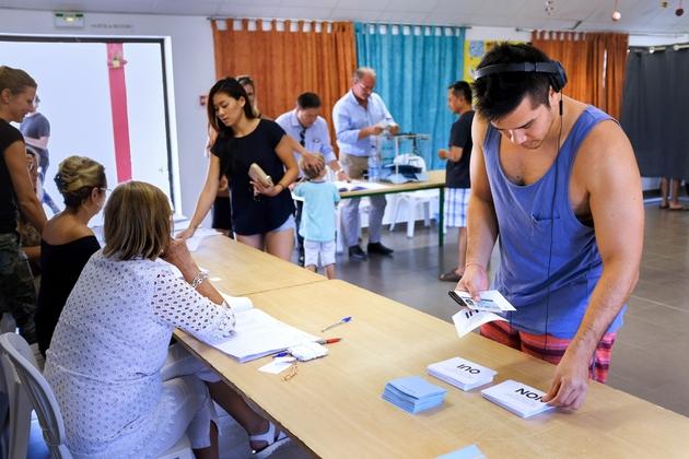 Des personnes votent lors du référendum d'autodétermination, le 4 novembre 2018 à Nouméa, en Nouvelle-Calédonie