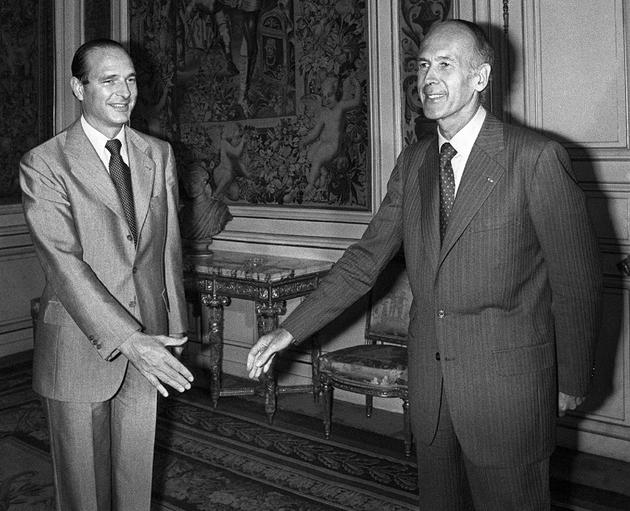 Le président Valéry Giscard d'Estaing (D) et son Premier ministre d'alors Jacques Chirac (G), au palais de l'Elysée à Paris le 25 août 1976