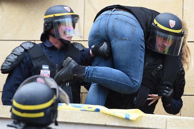 Les forces de l'ordre tentent de dégager l'accès à la prison de Marseille, le 24 janvier 2018