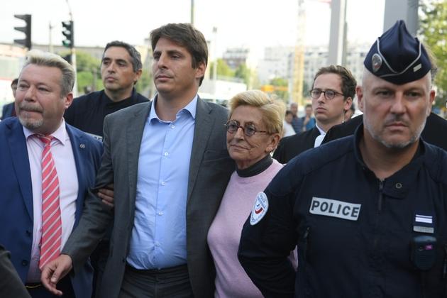 Isabelle Balkany quitte le Palais de justice de Paris accompagnée de son fils, après avoir été condamnée le 13 septembre 2019