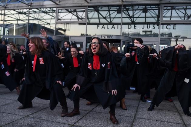Une cinquantaine d'avocats ont fait un haka mercredi sur le parvis du tribunal de Bobigny pour dire leur colère face à la réforme des retraites, le 22 janvier 2020