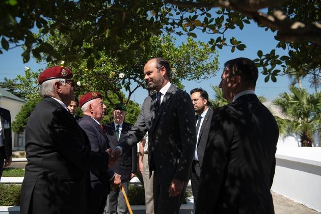 Le Premier ministre français Edouard Philippe salue des vétérans de la guerre de Dien Bien Phu, le 3 novembre 2018 lors de sa visite au Vietnam