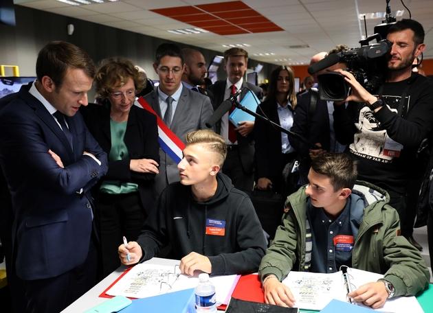 Emmanuel Macron lors d'une visite de l'Ecole d'application aux métiers des travaux publics à Egletons, le 4 octobre 2017