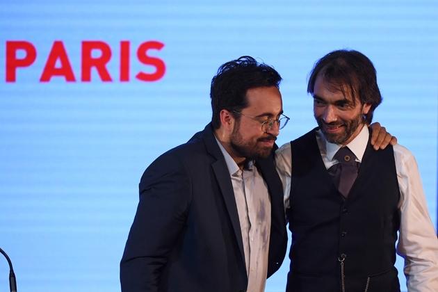 Cédric Villani (g) avec son ex-concurrent et désormais allié, Mounir Mahjoubi, lors d'un meeting à Paris, le 4 juillet 2019