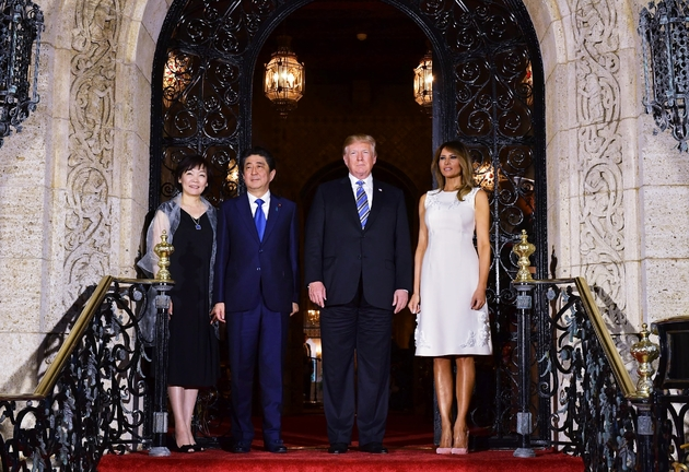 Donald Trump et Shinzo Abe aux côtés de leurs épouses, le 18 avril 2018, à Mar-a-Lago en Floride