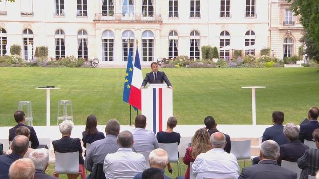 Emmanuel Macron dans les jardins de l'Elysée