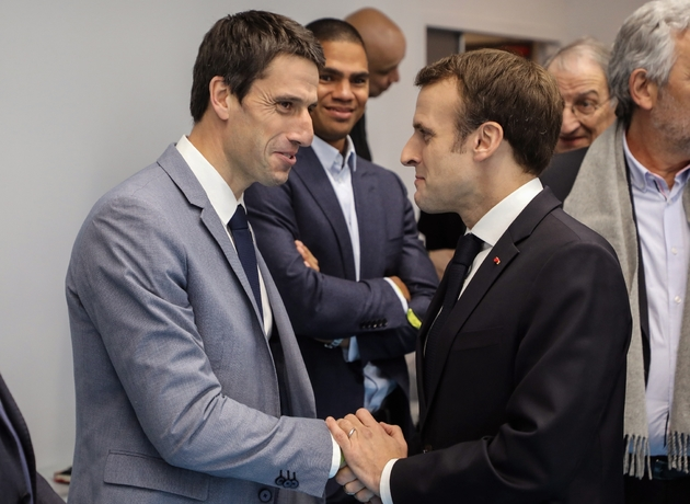 Le président Emmanuel Macron serre la main de Tony Estanguet, président du Comité d'organisation des JO de 2024, lors de l'inauguration du nouveau stade de handball de Créteil, le 9 janvier 2019