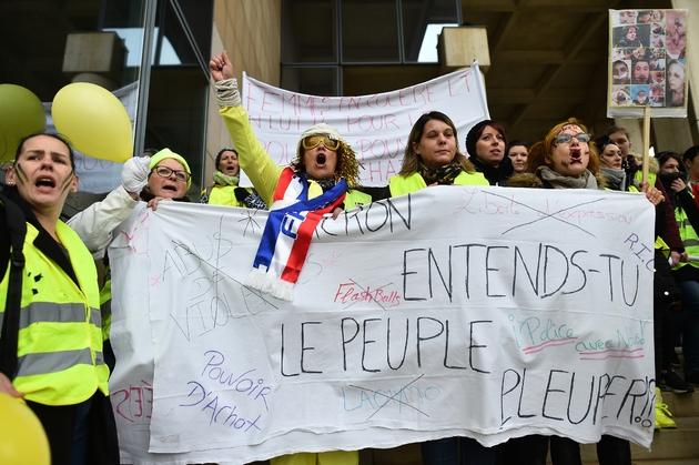 """Gilets jaunes avec la banderole """"Macron, entends-tu le peuple pleurer?"""", au Mans, le 13 janvier 2019"""