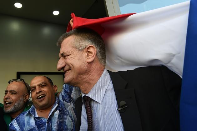 Le député centriste et candidat à la présidentielle Jean Lassalle (d), lors d'un déplacement de campagne à Marseille, le 12 avril 2017