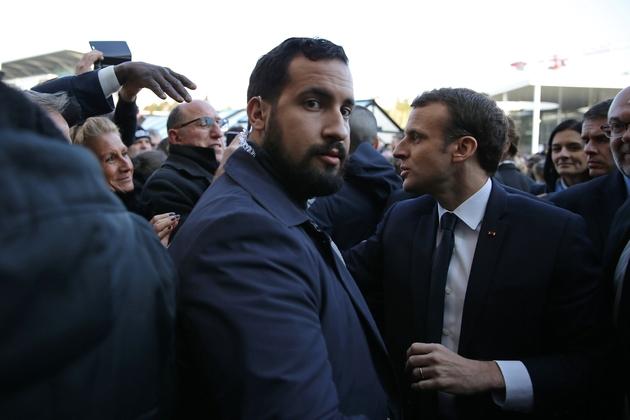 Alexandre Benalla (G) et Emmanuel Macron au salon de l'Agriculture Porte de Versailles, le 24 février 2018