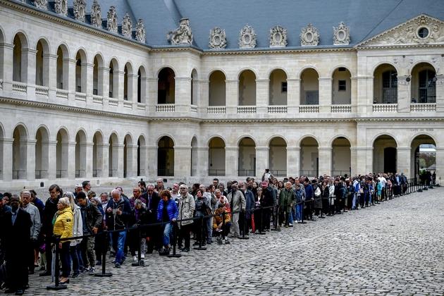 Des centaines de personnes font la queue dans la cour des Invalides à Paris pour saluer la dépouille de l'ex-président Jacques Chirac, le 29/09/2019  Former French president Jacques Chirac died on September 26, 2019 at the age of 86.